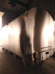tanque marca alfa-laval Modelo dxb laser 9000 capacidad: 9.000l agitador nuevo equipo de lavado automatico digital sistema de temp digital equipo de frio. 1 motor de 15cv copeland unidad condensadora separada construido totalmente en acero inox medidas tanque 4.5 x 2.3 x 2.4 medidas motor 0.80m x 0.88m x 1.30m